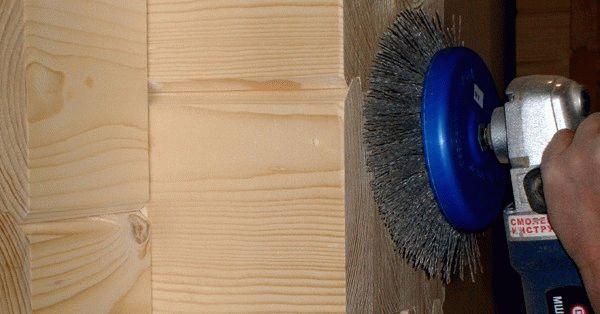 Чтобы стены были ровные, нужно отшлифовать дерево перед покраской