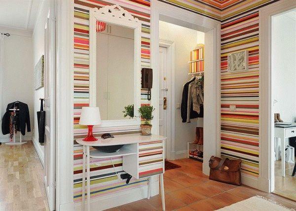 Обои с горизонтальными полосами помогут визуально раздвинуть стены маленькой прихожей