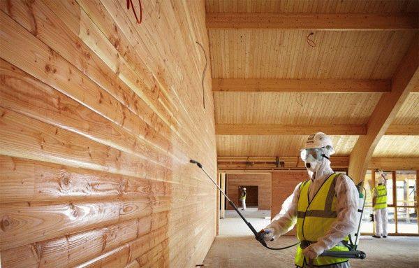 Если была выполнена качественная тепло- и гидроизоляция стен, то брус можно просто покрасить или вскрыт лаком.