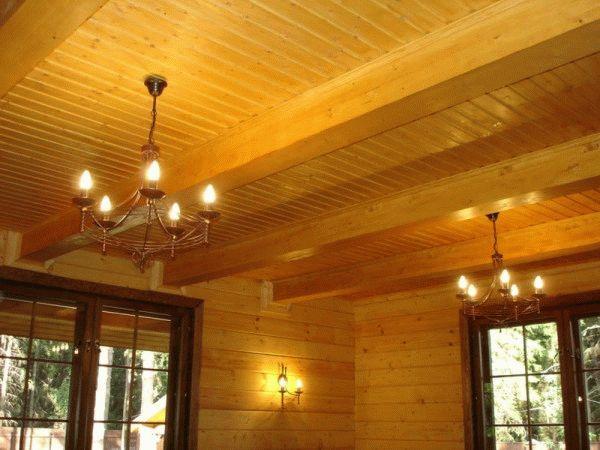 В доме из бруса потолок также лучше будет оформить деревом