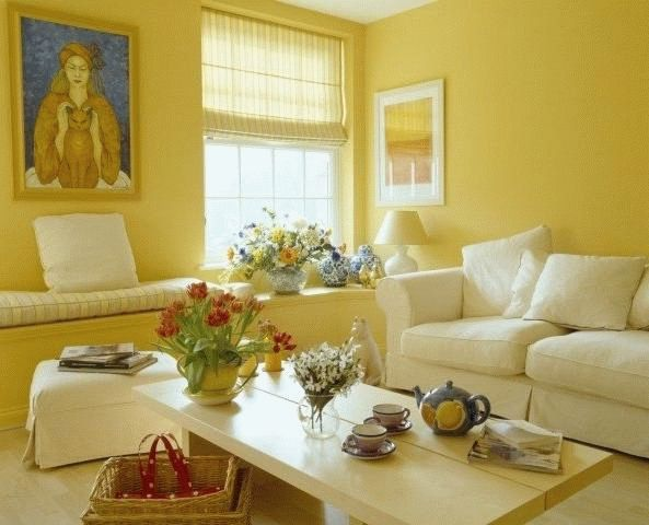 Если окна гостиной выходят на север, то цвет комнаты должен быть светлым и теплым.