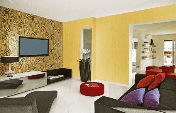 Комбинация обоев на стенах в гостиной