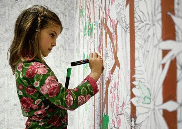 Если ребенок любит творчество, то лучшим вариантом будет поклеить стены обоями для рисования