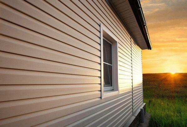 Сайдинг нередко применяется в наружной отделке домов, благодаря легкости монтажа и устойчивости к влиянию внешних природных факторов