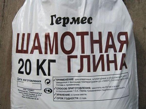 Шамотная глина свободно реализуется в строительных магазинах, поэтому купить ее не составит труда