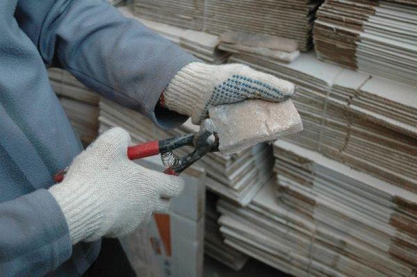 Для обрезки декоративного материала подойдут специальные кусачки для плитки