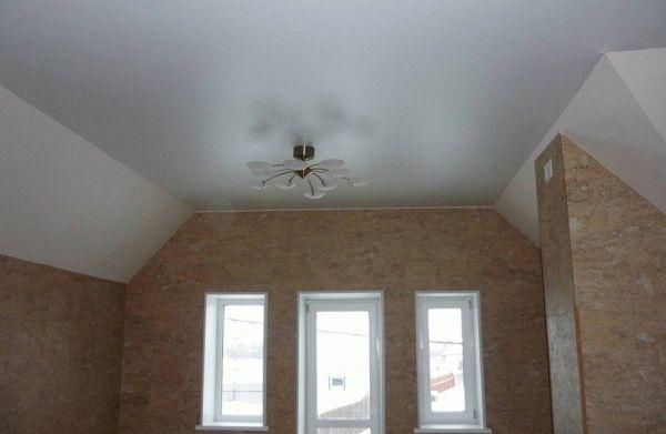 Если есть желание сделать на даче натяжной потолок, то остановите свой выбор на тканевом варианте, он не боится перепадов температур