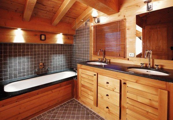 Оптимальным вариантом будет оставить деревянный потолок в ванной