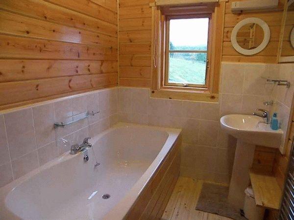 Комбинация плитки с деревянными стенами