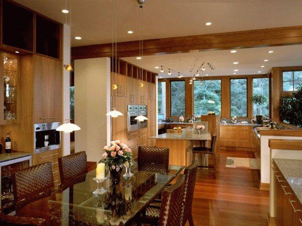 Большую кухню в частном доме можно разделить на две функциональные зоны