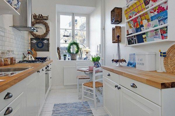 Уменьшение глубины шкафов и светлые тона в оформлении кухни, сделают узкое помещение более функциональным и визуально менее вытянутым