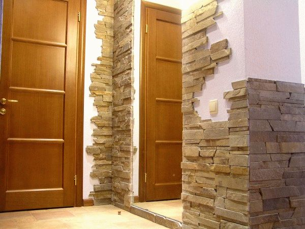 Искусственный камень, как и натуральный, идеально подходит для отделки прихожей