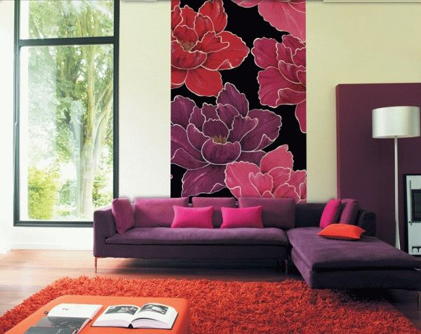 Яркий декор на стене притягивает взгляд и отвлекает от недостатков на противоположной стороне