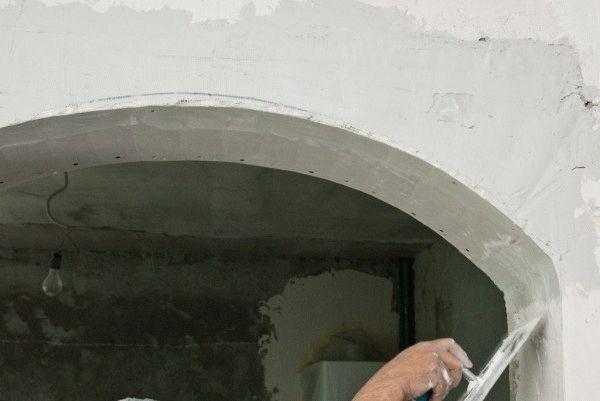 Перед началом отделочных работ следует максимально выровнять поверхность арочного проема