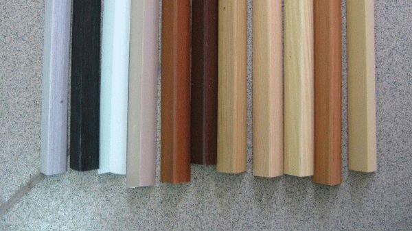Самый распространенный вариант отделки арочных проемов - обрамление пластиковым уголком