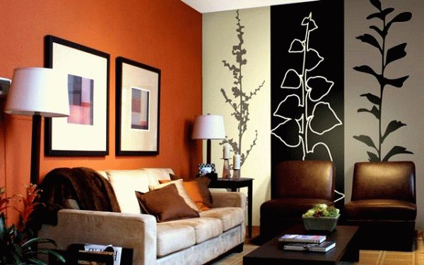 Оранжевый и желтый в интерьере зала сделает комнату не только теплой, но и подымет настроение присутствующих