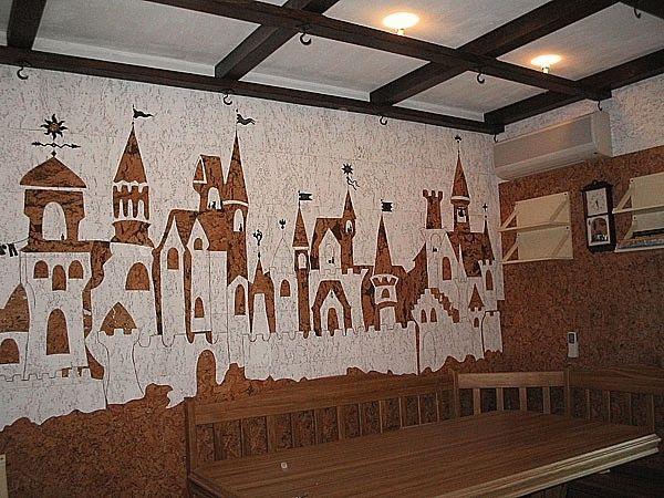 Картины на стене, созданные из пробки, сделают помещение поистине оригинальным и неповторимым