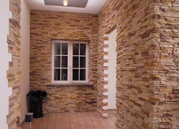 Искусственным камнем можно полностью отделать стены прихожей или скомпонировать с другими материалами