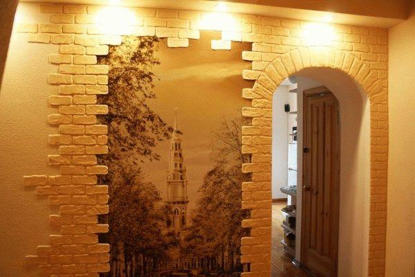 Декоративная штукатурка в коридоре смотрится очень оригинально и не требует тщательной подготовки стен для ее нанесения