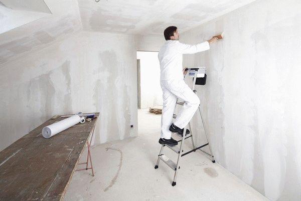 Перед оклейкой обоями поверхность стены нужно очистить от старых полотен, выровнять и прогрунтовать
