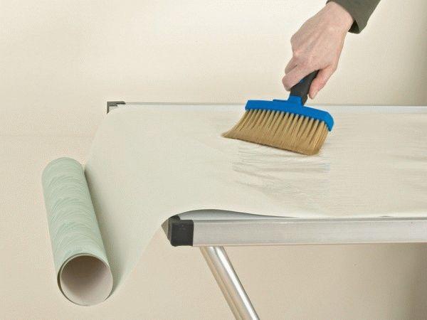 Влагостойкие полотна обычно тяжелее обычных, поэтому, подбирая клей для них, нужно учитывать эту особенность