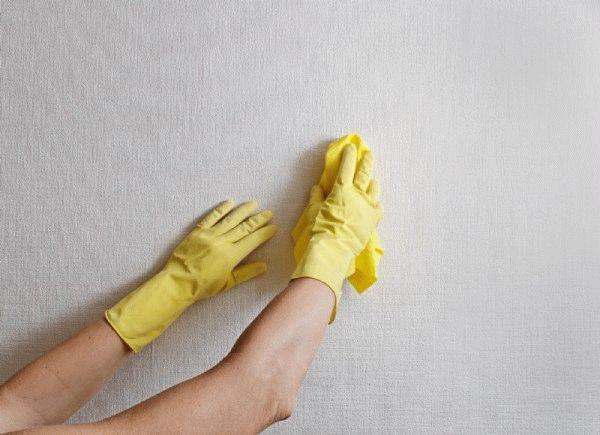 Впервые применяя моющее средство для чистки обоев, опробуйте его на невидимом участке