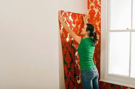 Если в будущем планируется обновление интерьера, то поклейка обоев должна производиться только на подготовленные стены