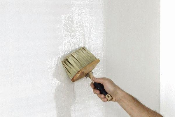 Перед поклейкой обойных полотен поверхность стены нужно выровнять и загрунтовать