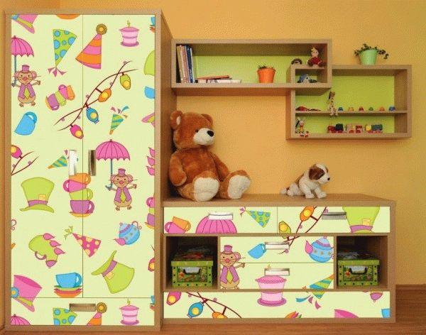 Детский шкаф, оклеенный самоклеющимися обоями