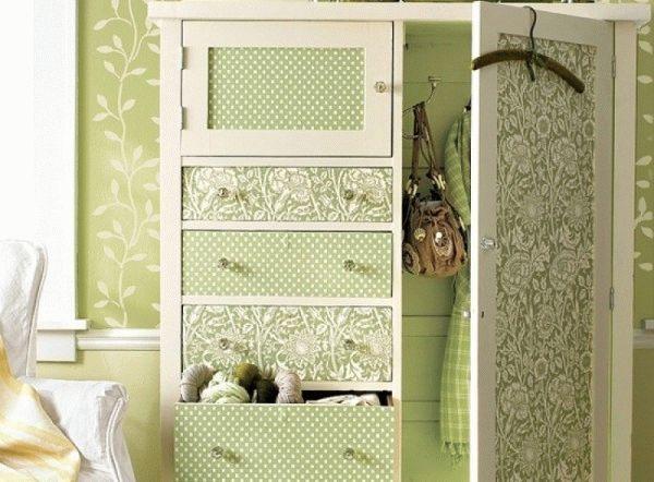 Оклеивание мебели обоями, близкими к отделке стен, позволит визуально увеличить пространство комнаты