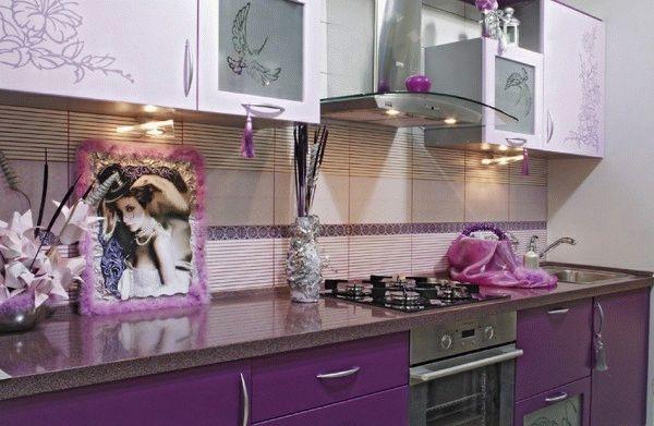 Кухонную плитку можно сочетать как с цветом фасада мебели, так и с декором, занавесками и т.п.