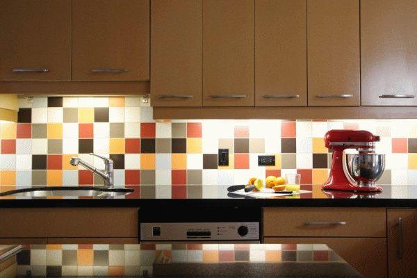 Разноцветная плитка на кухне - оригинальное и современное решение