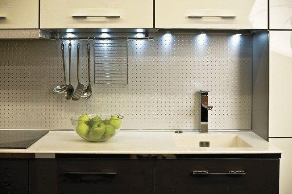 Наиболее практичны в плане чистки это бесшовные, гладкие кухонные фартуки