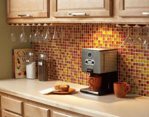 Яркую рабочую стенку необходимо сочетать с другими предметами декорирования интерьера кухни