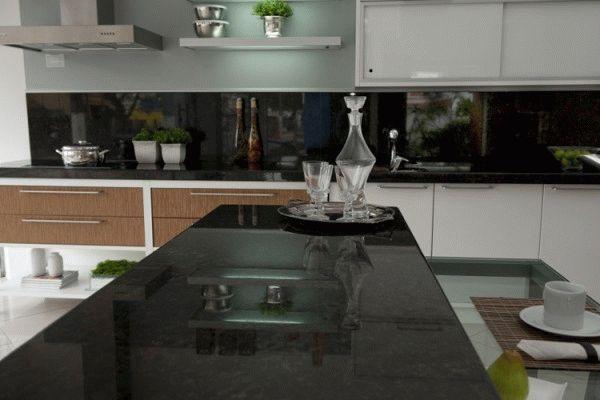 Темный фартук и светлая кухня создают притягивающий взгляд контраст цветов