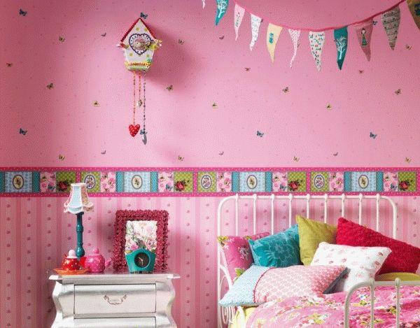 Бумажные обои - экологически чистый материал, который часто применяется для отделки детских комнат