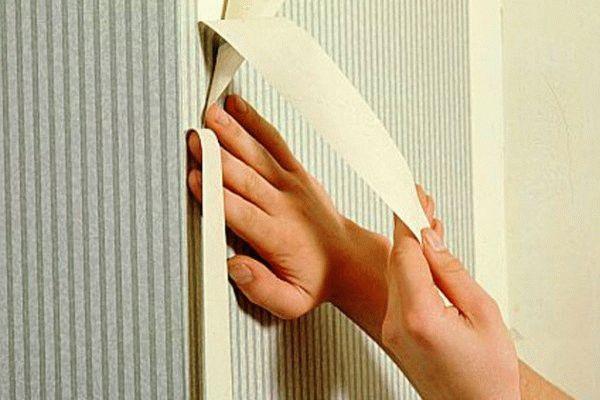 Оклейка угла встык: разрезаем посередине стык двух полотен, наклеенных внахлест, после чего убираем все лишнее