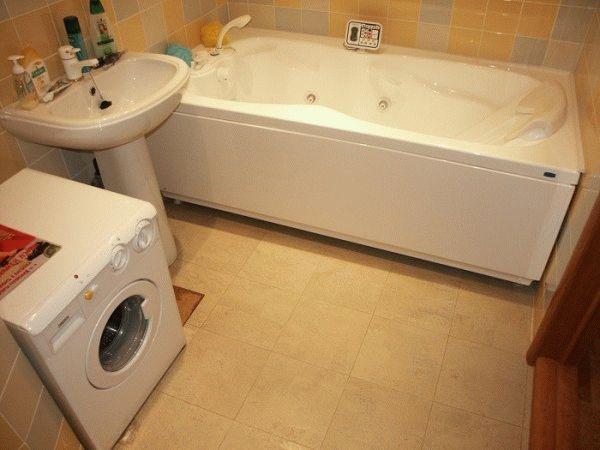 Наиболее практичный вариант напольного покрытия для ванной - это плитка, стоимость которой варьируется в широком диапазоне