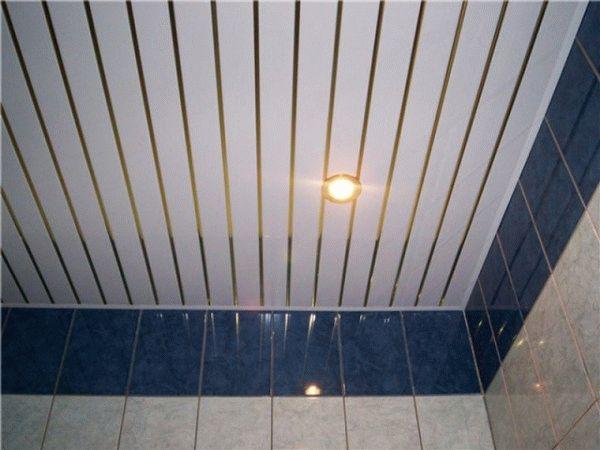 Пластиковые панели на потолке в санузле
