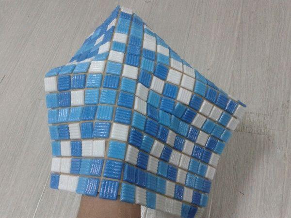 Чтобы упростить процедуру укладки мозаики, ее объединяют при помощи сетки или бумаги в небольшие квадратные заготовки, именуемые матрицами