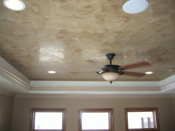 Декоративная штукатурка потолка стоит дороже обычной, но выглядит намного эффектнее и прослужит дольше