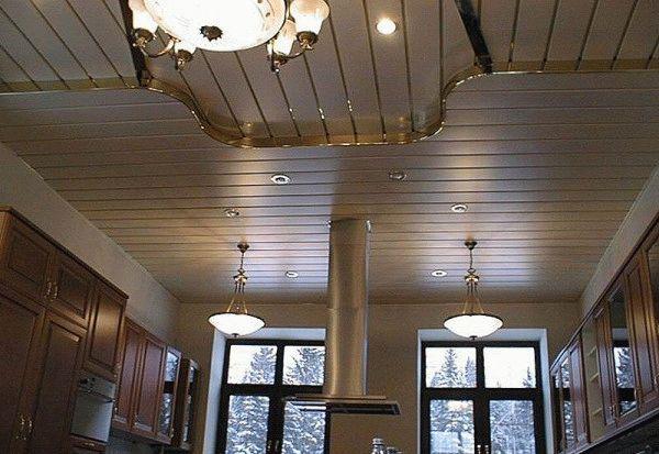 Металлические панели - практичный вариант для отделки потолка на кухне