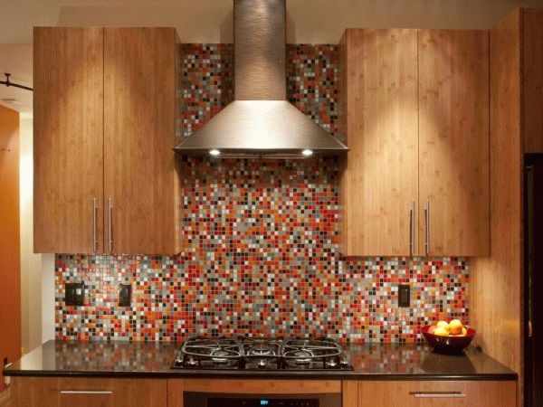 Разноцветная мозаика смотрится очень ярко, но стоит на порядок дороже однотонной