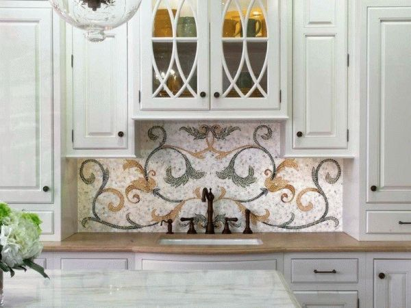 Панно из мозаики придаст кухонному интерьеру изысканности и неповторимости, но требует подходящего окружения