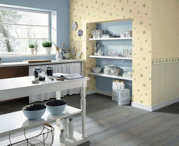Для выделения двух разных зон на кухне, можно использовать контрастное сочетание обоев