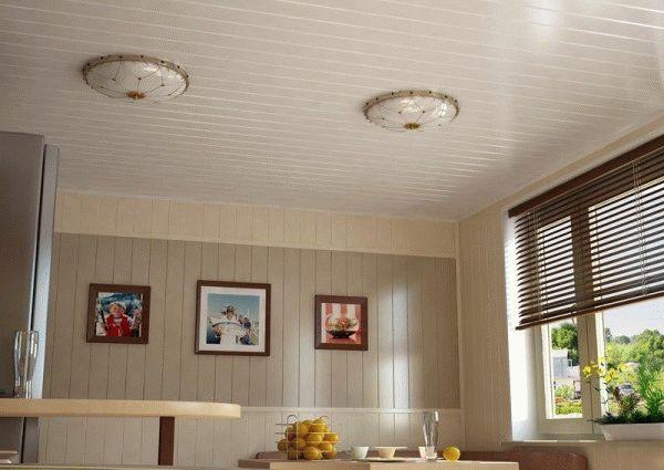 Пластиковые панели - бюджетный вариант для отделки кухонных потолков