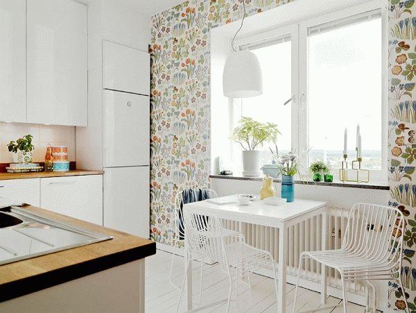 Для маленькой кухни правильно подобранная цветовая гамма является основой выбора обоев