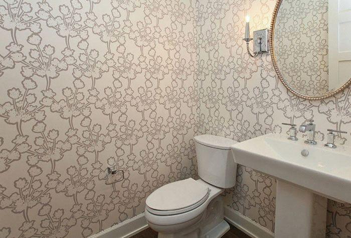 Размер туалетной комнаты играет важную роль в выборе цвета и рисунка обоев