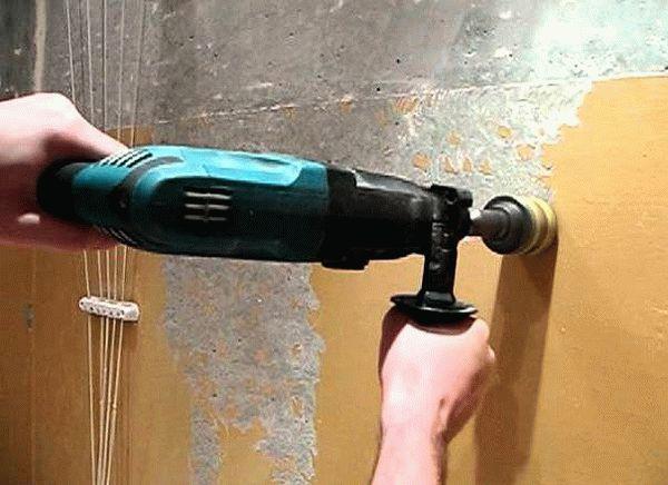 Удаление краски при помощи электроинструмента - наиболее быстрый способ решения данной проблемы