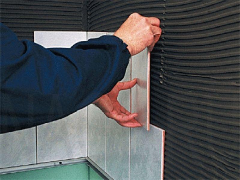 Укладку плитки на стены можно начинать как с пола, если на нем уже лежит кафель, так и со второго ряда
